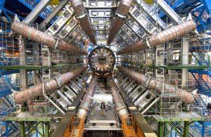 1)CERNのLHCにあるATLAS検出器