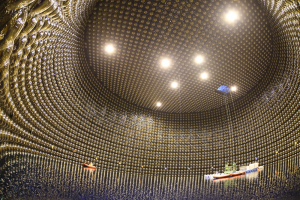 スーパーカミオカンデの水タンクの内部