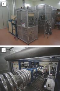かつての海水準の時期を決定する放射性炭素年代測定を行う装置<br />  日本で唯一、東京大学大気海洋研究所にて稼働するシングルステージ加速器質量分析装置<br />  (a)全景 (b)加速器部分拡大