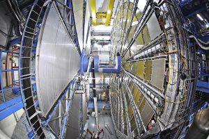 微細な素粒子をとらえる最先端の精密機器、ATLAS検出器(全長44m・直径25m・重さ7,000t)