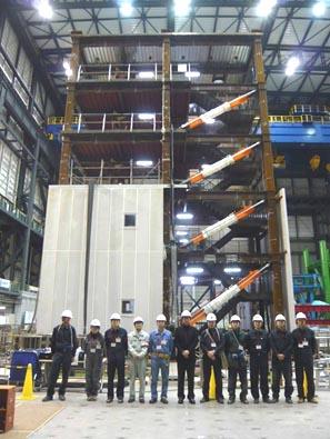 世界最大のE-Defense震動台(兵庫)を用いた実物大5階制振ビルの実験