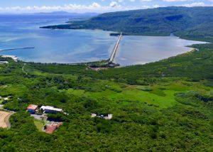 当センターの西表研究施設は、西表島の亜熱帯林に囲まれ、またマングローブ林にも近接しているため、亜熱帯の自然環境を研究するには最適な研究施設です(写真)。その他にも、サンゴ礁生物など多様な熱帯生物について、4つの研究施設(瀬底、西表、西原、分子生命科学研究施設)で分担して研究を進めています。