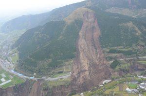 平成28年熊本地震により発生した阿蘇大橋地すべりの全景