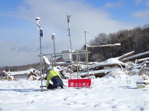 融雪による崩壊斜面の侵食調査(気象観測点の設置、北海道厚真町)