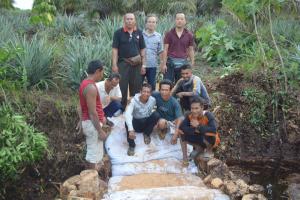 インドネシア・リアウ州の村で村人と一緒に簡易ダムを造成