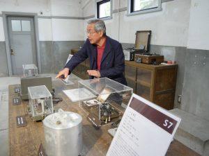 ボランティアスタッフが案内する阿武山観測所の地震計見学ツアー