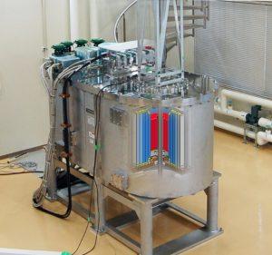 新しく開発した25テスラ無冷媒超伝導マグネットの外観とコイルイメージ