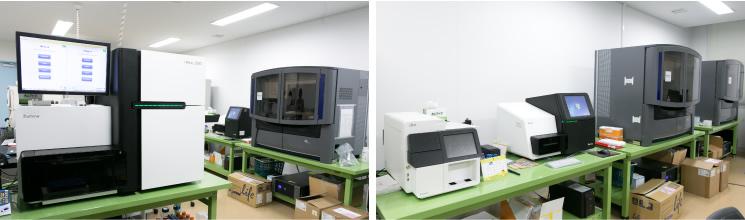 研究室には、「次世代シークエンサー」のほかにもさまざまな解析装置がずらりと並ぶ。この充実した設備が、研究室の最大の強みのひとつだ。