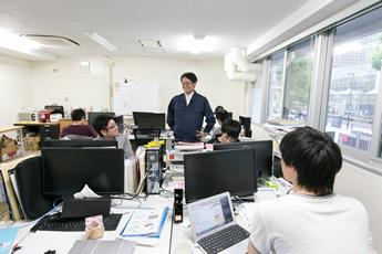 学生の居室で学生たちと。研究室の風通しはよさそうで、学生たちものびのび研究に取り組んでいるようだった。