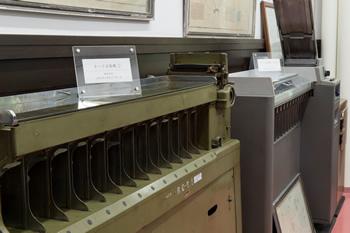 「機械化展示室」に展示された2台のカードソーター。手前の緑色の機械が鐘淵実業製。太平洋戦争が始まって間もなく、日本軍がフィリピンのレイテ島で押収したIBM製のマシンを模して製作された。なお、「鐘淵実業」とは、後の「カネボウグループ(現・クラシエグループ)」に連なる一社。