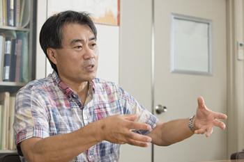 神戸大学経済経営研究所の所長を勤める伊藤宗彦教授。「研究所内でホコリを被っていた機械の来歴を調べていくなかで、日本の経営機械化の歴史にとって非常に重要な資料であることがわかりました」と言う。