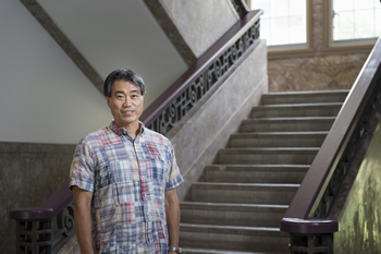 歴史を感じさせる、神戸大学経営学研究科本館内の階段にて。