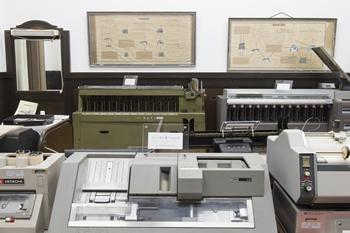 「機械化展示室」には、2台のカードソーターの他にも、日本のOA(オフィス・オートメーション)の黎明期に企業で活躍したさまざまな機器が展示されている。