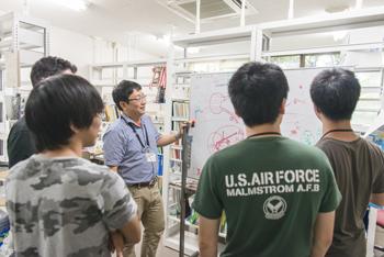 藤岡教授はまだ30代(取材時)と若い。学生たちとも距離の近さを感じた。