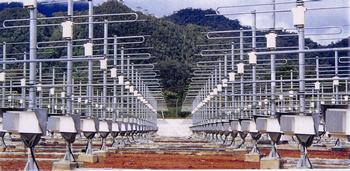 京都大学のチームが2001年、インドネシア西スマトラ州に完成させた「赤道大気レーダー(EAR)」のアンテナ。赤道付近の大気の動きを解明してきた。
