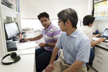 インドからの留学生に研究テーマについてアドバイスする竹内教授。研究室にはシンガポールや中国、マレーシアなどの国々の国費留学生も複数属する。