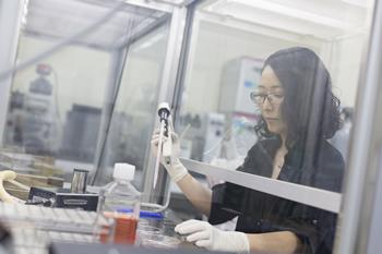 本橋教授は、自身も実験に携わる。その研究者人生を通し、自分の手で、遺伝子発現の不思議と出会い続けている。