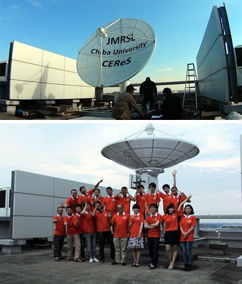 人工衛星打ち上げに先駆けて、2014年12月に設置した「円偏波合成開口レーダ」(CP-SAR)の観測データ受信用アンテナ。場所は千葉大学キャンパス内の建物屋上。設置を記念して、研究室のメンバーとお揃いのポロシャツでパチリ。ヨサファット教授は満面の笑みを浮かべ、学生たちは思い思いのポーズをとる。研究室の和やかな雰囲気が伝わってくる(写真はヨサファット教授提供)。