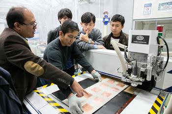 合成開口レーダをはじめ、小型衛星に搭載するマイクロ波回路デバイスを開発するための高精度加工機。誤差±5μm(マイクロメートル)の精度を誇る。