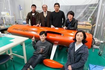 新たに開発中の「JX-2」の機体の前で。学生たちの表情も誇らしげだ。