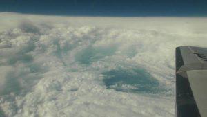 超大型で非常に強い台風21号の眼に入った航空機から撮影された眼の壁雲とメソ渦(2017年10月21日午後3時ごろ撮影)。