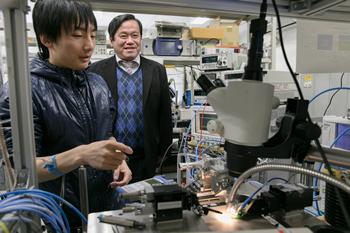 小山研究室では面発光レーザのさらなる性能向上に日夜取り組んでいる。
