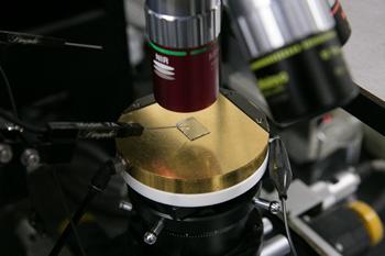 面発光レーザが並ぶ半導体素子。