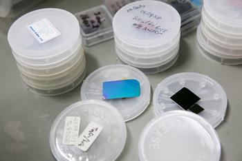 中央の青い板は、面発光レーザの共振器となる鏡の素材。
