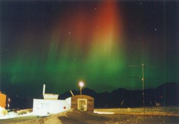 1991年、ノルウェーのスピッツベルゲン島での観測時に塩川教授が撮影。肉眼で見たときはこれほどはっきりとは見えなかったが、フィルムを現像したらこのように写っていたとのこと。人間の眼とフィルムとでは感度が異なり、見え方も変わる。(塩川教授提供)