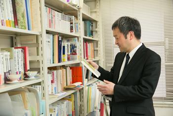 各種の調査やフィールドワークに加え、文献研究も社会科学の重要なアプローチのひとつ。過去の思想を丹念に研究することで、ようやく見えてくるものもある。