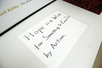 袖机の上に張られた「希望」の定義。