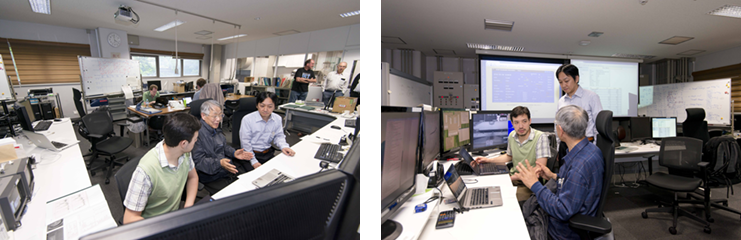 この部屋では実験の経過を監視できる。各研究者は、それぞれの目的に応じた実験を同じ装置を使って行っている。互いに協力し合うことで効率よく実験が行える。