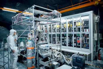 検出器のタンク上部。後ろの覆われた部分には、642本の光電子増倍管からの信号を記録