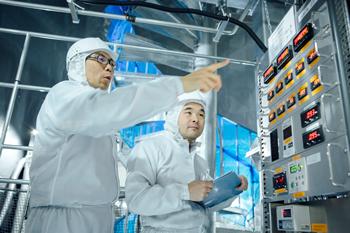 検出器は24時間365日動いている。各種計器の数値を定期的に確認、記録する。