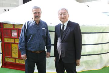乾燥地研究センターには世界中から農業の研究者が集まる。写真左は取材の日にトルコの研究所から辻本教授のもとへ訪れたDr.Mesut Keser氏。国際乾燥地農業研究センター育種家であり辻本教授と共同で研究を行っている。