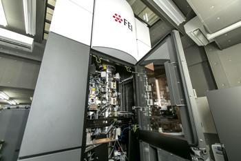 本年2016年の春に蛋白質研究所に導入されたばかりの最新鋭クライオ電子顕微鏡。対象物を液体ヘリウムで超低温に冷やし、さまざまな方向を向いた沢山の粒子を計測して、単粒子回析とよばれる手法を用いてデータを統合することで、物体の形状を原子レベルで微細に見ることができる。