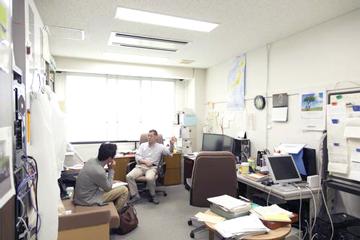 研究には基本的に一人で取り組む。その舞台となるのがこの研究室だ。室内にはパソコン数台があるだけですっきりしている。