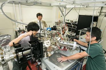 結晶表面のナノ磁石を発見した、極めて高い解像度と感度を持つレーザー光電子顕微鏡
