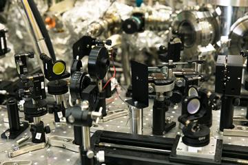 精緻に組み上げられた装置の中で、強力なレーザー光線が物質の性質を明らかにする
