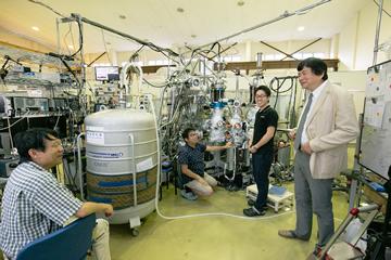辛教授が開発した世界初レーザー光電子分光装置は、極めて高い精度を持つため他の研究グループが利用しにやってくる。取材当日には岡山大学のグループが訪れていた