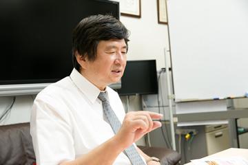 少しでもわかりやすくと、身振り手振りを使って微細な電子の世界を説明する辛教授