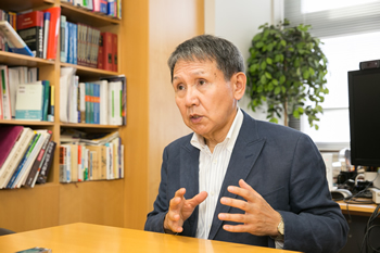 腸管粘膜免疫について語る清野教授。力強い眼差しから、研究への熱い思いが感じられた