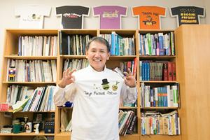 研究室のメンバーと毎年つくるTシャツを着て。胸に書かれているのは「Tokyo Mucosal Patches」の文字。本棚の上には、過去につくったTシャツが飾られている。