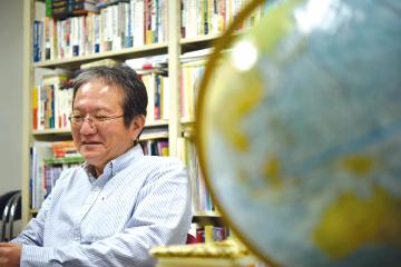 岩下教授の研究室では大きな地球儀がひときわ目を引く。
