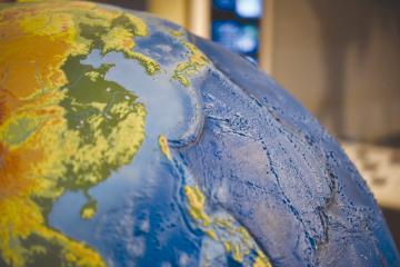 北海道大学博物館内にあるスラブ・ユーラシア研究センターの展示コーナーには、海や陸地の凸凹が精密に表現された巨大な地球儀がある。これをみると日本と大陸の位置関係がよくわかる。