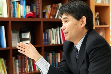 語り口は穏やかだが、教授が抱えている研究テーマは、今後の日本社会を左右しかねない重大な問題と密接に関わっている。