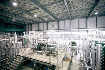 佐賀大学海洋エネルギー研究センター(IOES)の伊万里サテライトに設置された、海洋温度差発電(OTEC)と海水淡水化を組み合わせたハイブリッドシステム。中央に小さく写るのが池上教授。システムの巨大さが見てとれる。