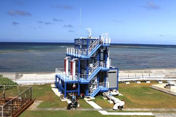 沖縄県久米島に設置された「海洋温度差発電実証プラント」。連続運転を続けるOTEC発電所としては世界最大のものだ。(写真は池上教授提供)