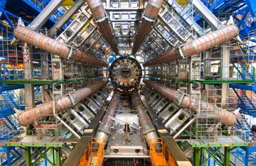 建設中のATLAS検出器。中央に写る人間と比べるとその大きさがよく分かる。(写真はCERN提供)