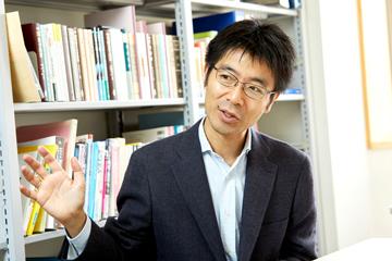 石野教授は、目に見えない素粒子の世界を、ジェスチャーを交えて分かりやすく伝えようと解説してくれた。